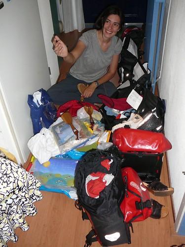 Eligiendo que llevar y que dejar en la casa de Griet, en el pasillo !