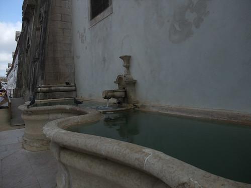 Fonte, contra a parede do mosteiro