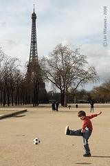 Petit footballeur (Leo.Villanova) Tags: paris france football europe frana eiffel chute futebol champsdemars campodemarte colorphotoaward ltytr2 ltytr1 ltytr3