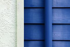 White and Blue (anadelmann) Tags: seattle blue usa white macro wall canon washington parkinglot wa g3 makro pictureperfect canonpowershot canonpowershotg3 mercerstreet meltingpotrestaurant f2549 colorphotoaward diamondclassphotographer flickrdiamond theunforgettablepictures betterthangood theperfectphotographer anadelmann nxpl