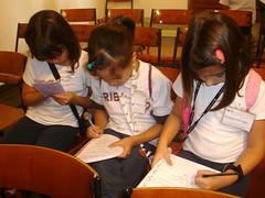 Alunas fazendo suas anotações