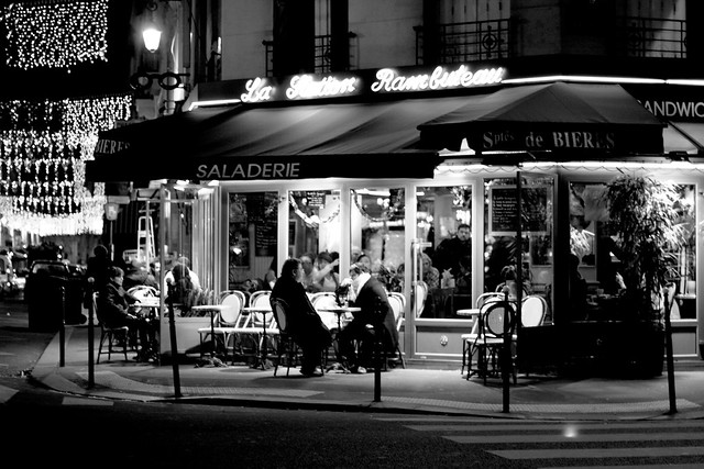 Café parisien at night
