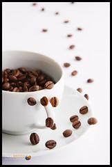 The escape of the coffee beans (Filipe Batista) Tags: light white luz coffee branco canon studio cafe dof estudio mug products produtos canonef24105mmf4lisusm 40d filipebatista