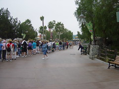 The line inside California Adventure, walking to Disneyland. (07/17/2005)