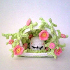 Ddengrottan! (TM - the crocheteer!) Tags: pink flowers white cute green death skull crochet rosa craft tm diadelosmuertos cave blommor dden grotta vitt croche vit hkeln virka virkkaus virkat hekling grnt towemy uncinetto ddskalle virkad diadellosmuertos sculpturalcrochet crochetsculpture thedeathcave tmcrocheteer