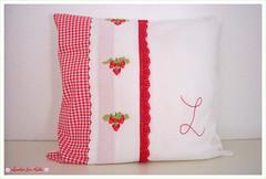 erdbeerkissen- Strawberry- Pillowcase (lorelei-for-kids) Tags: red white green strawberry sewing fabric romantic grn pillowcase handstitched kissen erdbeere weis romantisch monogramm bestickt dekokissen handbestickt schnestoffe