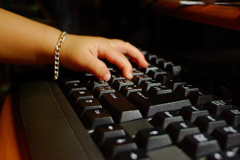 """原來你是在""""捏""""鍵盤"""