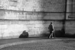père lachaise (lachaisetriste) Tags: paris nikon ombre mur vieux homme trottoir canne pèrelachaise cimetière d80