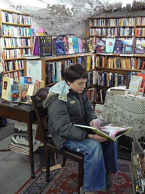 dans le bookshop.jpg