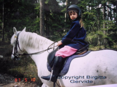 Camilla till häst