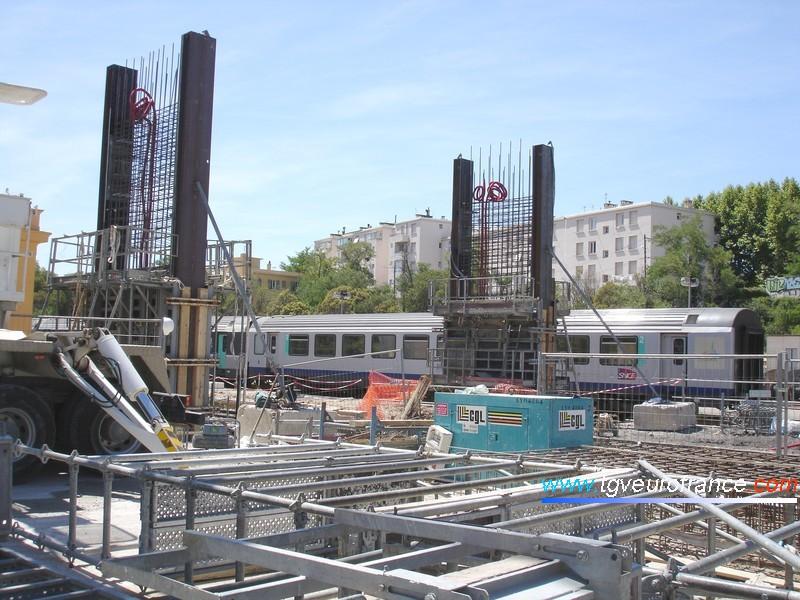 La future passerelle en construction en gare d'Aix-en-Provence enjambera les deux voies principales lors de sa mise en service pour la réouverture au service voyageurs en décembre 2008.