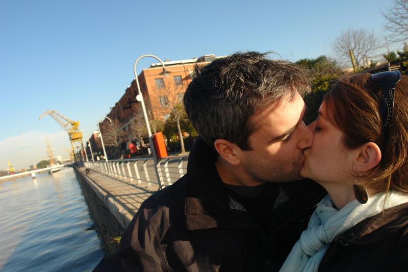 el beso en argentina