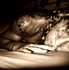 Autoritratto [1] (dona_a) Tags: woman selfportrait me face tattoo sepia donna hand bodylanguage io mano autoritratto shoulder viso autoscatto tatuaggio selfshot donatella seppia spalla mylself canoniani ladiesitalianphotographerssociety donaa womanexpression neroamet
