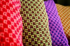 Almofadas Coloridas - 2 (Allyson Correia) Tags: red colors lines yellow linhas cores nikon focus pinky pillows decorao n70 foco almofadas nikonn70 geomtricos