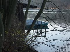 Novembertag ... (bayernernst) Tags: november berlin deutschland boot see wasser boote 2008 zehlendorf schlachtensee berlinzehlendorf berlinschlachtensee meinberlin 28112008 sn201969