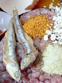 Gehacktes mit Trockenfisch, Ei und Getreide