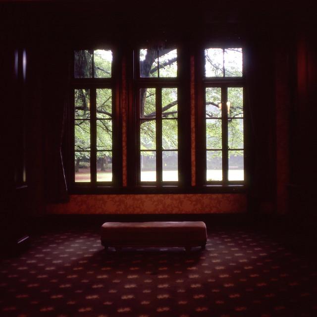 窓辺のイス