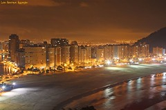 Mirante Niemeyer (Luiz Henrique Assunção) Tags: city cidade brazil brasil canon eos mar santos noturna 2008 nocturne sãovicente 40d licassuncao