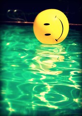 Smile! (Ekler) Tags: summer vacation water pool smile ball happy olhar o swimmingpool meu smileyface damncool ekler oldschooldigital diamondclassphotographer flickrdiamond olympusfe280 photoartbloggroup soloha