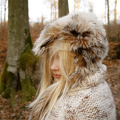 (mioke) Tags: girl hair moss laub wald furhat strickjacke mioke