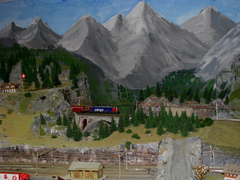 SBB Re 6/6 620 033 Muri AG von HAG auf einem Modell der Gotthard Nordrampe rund um die Kirche von Wassen im Kanton Uri der Schweiz