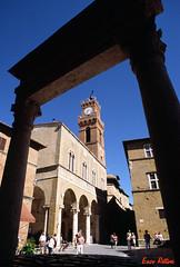 Pienza - Palazzo comunale (enzo rettori) Tags: italy italia hill tuscany siena pienza toscana valdorcia colline fujisensia pentaxmz5n orciavalley justpentax pentaxiani pentaxart enzorettori rettorienzo