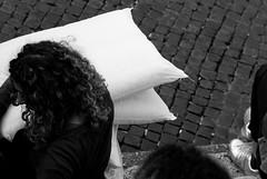 L'attesa [ RPF III Roma ] (bastet in the sky with diamonds) Tags: bw italy rome roma trastevere 2008 bianconero pillowfight santamariaintrastevere 8020028 cuscini piume rpf romanpillowfight cuscinate nikond80 27aprile2008 romanpillowfightiiiedizione2008 trasevere romanpillowfightiii ledonneicavalierlarmigliamori