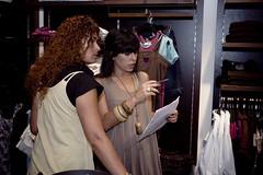 Carla Cames e Mariana Miguel (RK) em preparao dos coordenados (Red Oak - Chase the day) Tags: moda desfile evento redoak rk roupa fashionweek chasetheday marianamiguel carlacames