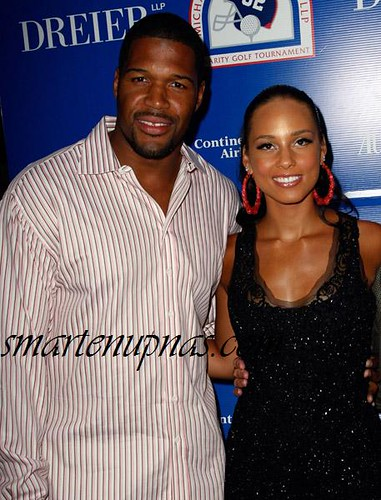 dude from the giants copping a feel on alicia keys