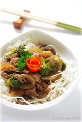 Beef Teriyaki with broccoli & fried rice noddle