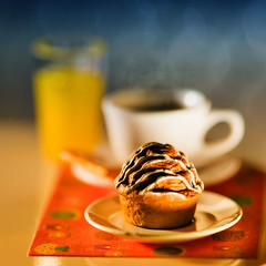 (kktp_) Tags: macro coffee breakfast thailand toys miniature nikon dof bokeh orangejuice muffin rement d80 105mmf28gvrmicro ehbd cafebokeh