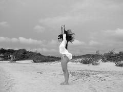Vamos viver de brisa (DeniSomera) Tags: ilhadomel paraná poser areia mulher cabelo vento óculos brisa denisesomera