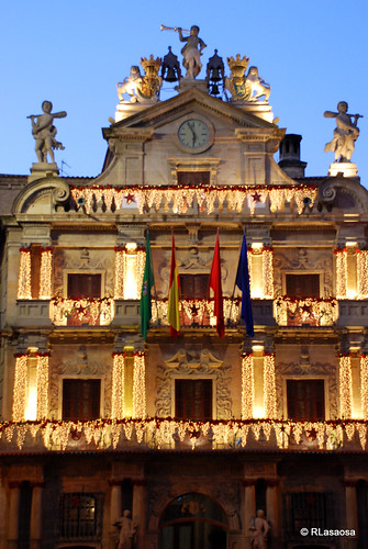Vista parcial de la fachada del Ayuntamiento iluminada en Navidades