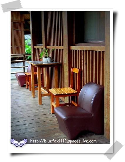 081124東台灣樂活之旅第8站_立德布洛灣山月村08_木屋套房前的休憩椅