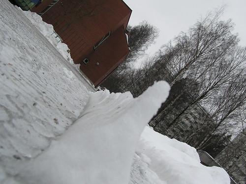 Lumimuuri Stoan pihassa