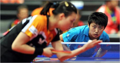 代表德国出场的邬佳多(左)正在荷兰世界乒乓球锦标赛上与中国选手郭跃对峙。