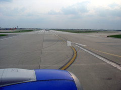Ready for takeoff at Midway, 18 April 2008 (photography.by.ROEVER) Tags: chicago airplane illinois aircraft airline april midway 2008 takeoff runway mdw cookcounty southwestairlines windowseat midwayairport taxiway swa boeing737 kmdw chicagomidwayairport runway22l rwy22l