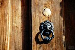 Receiving a pilgrim / Recibir a un peregrino (victor_nuno) Tags: door puerta shell thoughts simplicity knocker concha 2008 jakobsweg hospitality humanbeing caminodesantiago doorknocker vieira whoami caminosantiago pensamientos aldaba serhumano picaporte camminodisantiago wayofstjames hospitalidad sencillez chemindestjacques victornuno vctornuo quinsoyyo wwwvictornunocom