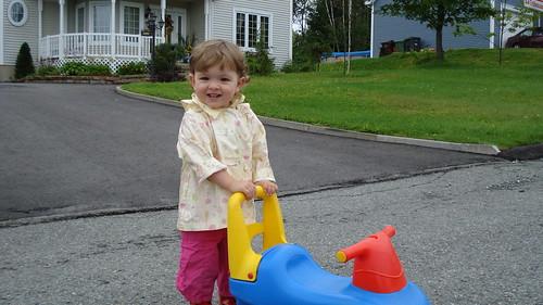 Myriam en face de chez tante Isabelle
