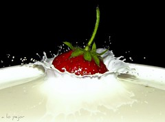 Strawberry splash (a.lo.pejor) Tags: fruit canon milk drops strawberry plum fruta gotas lait splash leche fraise krople gouttes fresa truskawka owoc mleko kropelki canons3 plusk