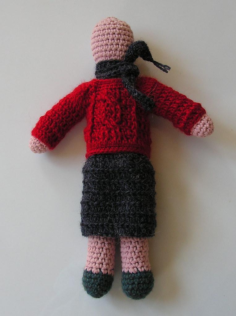 Beatrix en jupe grise et pull rouge