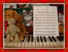 MELODIAS DE NAVIDAD ( leona ) Tags: navidad piano violin musica invierno vacaciones picnik diciembre estudios peluche ositos partituras navideas melodias mishijas
