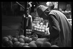 Fruits- Central, HK (Paul Swee) Tags: fruit hongkong streetphotography ilfordxp2  blackandwhitefilm streetphotograhy summicronm50 leicasummicronm50mmf2 paulswee leicasummicron50mmf20v leicammount christmas2008  andyinhk 2008decroll6