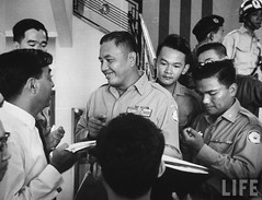 11-1963 General Van Minh Duong (C), leader of military coup that overthrew Diem Regime, during press conference. par VIETNAM History in Pictures (1962-1963)