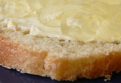 Holunderblütengelee auf Brot