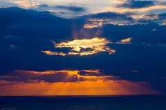 Sol Encerrado (bigdani) Tags: sunset sea sky orange seascape nature clouds mar warm ray air cielo nubes puestadesol rayo naranja aire naturallandscape calido paisajenatural