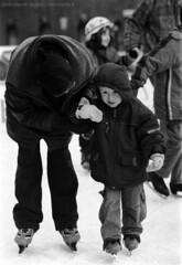 a regazz, reggite sinn caschi (Norte_it [Dario J Lagan]) Tags: germany hamburg bimbo jacopo inverno freddo germania norte amburgo pattini dario bambino deuschland lagana genitore norteit dariojacopo lagan darioj