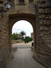 Portal (Joan Ruiz) Tags: arbres cami calma carrer paret contrallum portes fanal pedres peratallada solitud