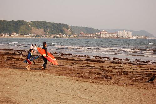Padre e hija yendo a surfear