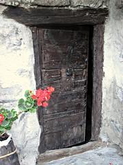 Solo un po'... (Il cantore) Tags: door wood old porta ru legno storksbill valdaosta vecchia geranio valpelline bionaz 15challengeswinner canoniani